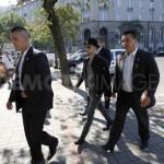Адам с адвокатом и друзьями топает в суд