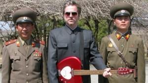 Mr Traavik с гитарой и в вежливом окружении