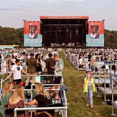 В Великобритании открылась «социально дистанцированная» площадка. Хотели бы на такой концерт?