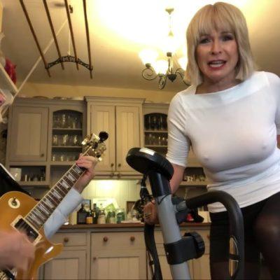 Осторожно, горячо: 74-летний гитарист KING CRIMSON Роберт Фрипп записал с женой секси-кавер METALLICA