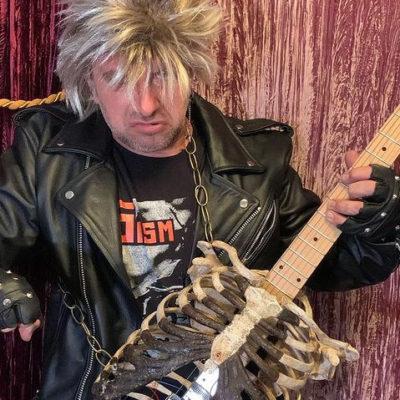 Флоридский металист сыграл DARKTHRONE на гитаре из скелета своего дяди