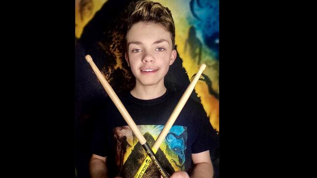 Маленький барабанный гений? Смотрите, как играет 14-летний протеже музыкантов SONS OF APOLLO